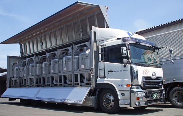 20トン大型トレーラーが香料容器を積んでいる様子